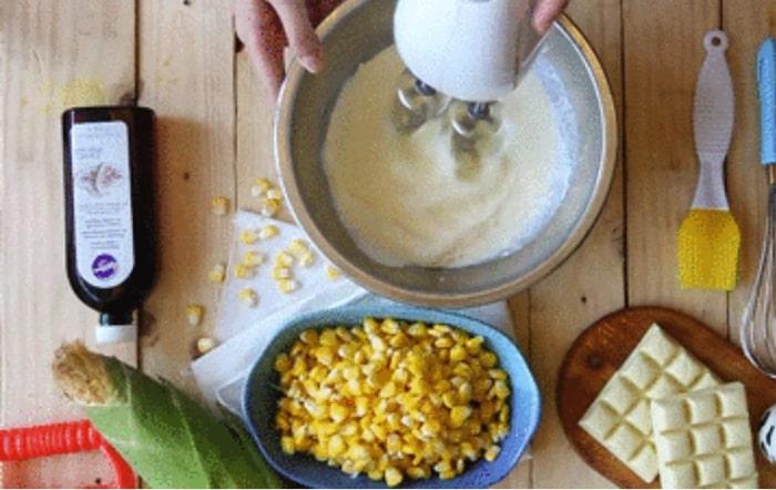 Đánh kem tươi và 15g đường vào bằng máy đánh trứng đánh ở tốc độ cao