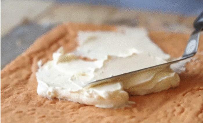 Dùng chổi phết đều lên toàn bộ mặt bánh một lớp sữa bắp