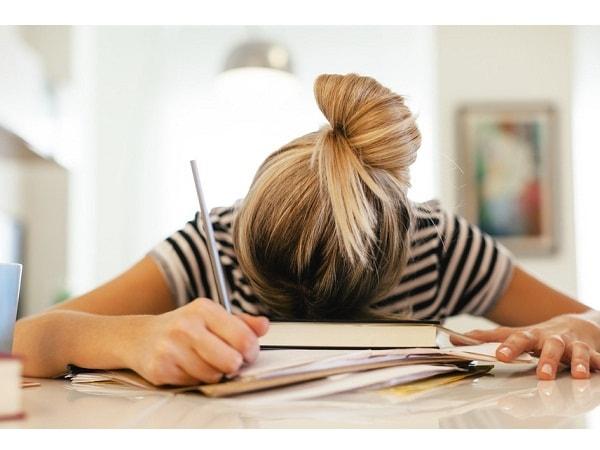 Phụ huynh nên làm gì khi con bị stress trong thi cử?