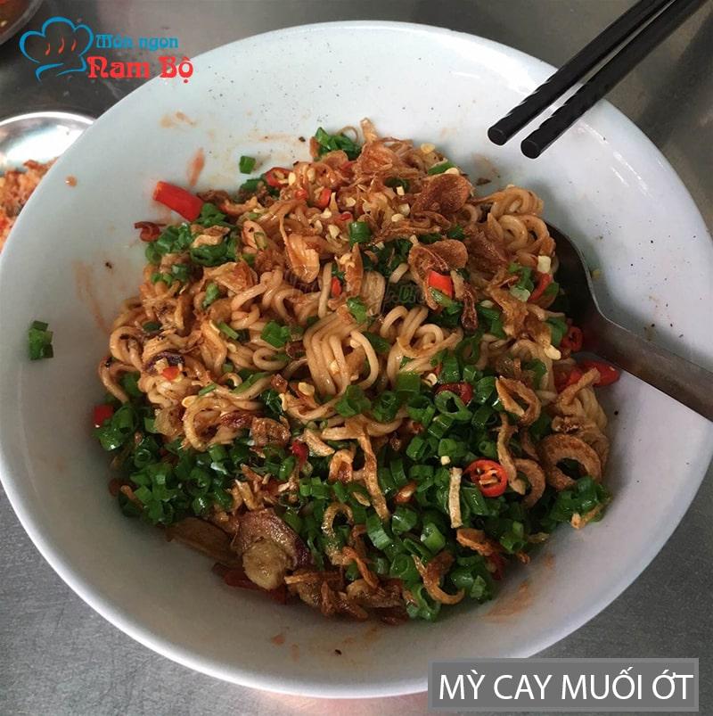 Ngày mưa gió ở Sài Gòn đi ăn mì cay muối ớt