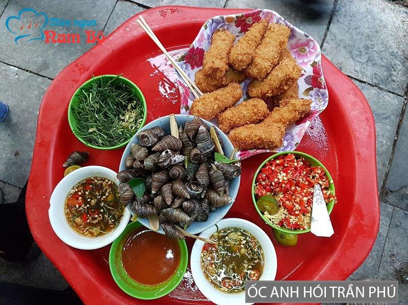 Quán có nhiều món ăn vặt phục vụ thực khách, chủ yếu là các bạn trẻ