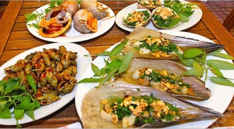 Ngoài các món ốc, quán còn phục vụ nhiều loại hải sản khác