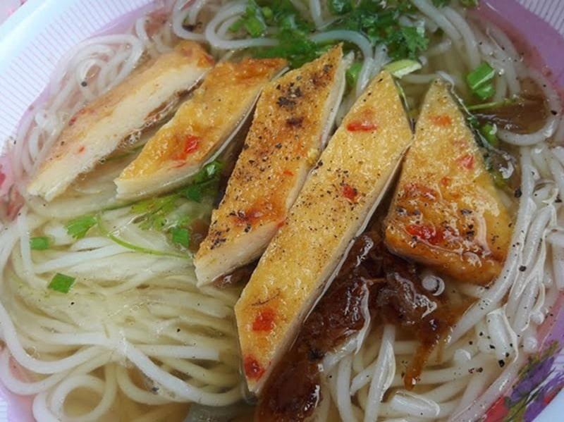 Bánh canh chả cá là món ăn không thể bỏ qua khi du lịch Phan Rang