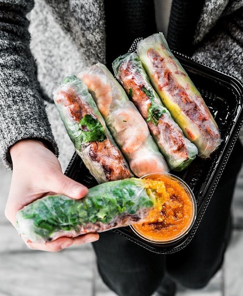 Nem nướng cuốn bánh tráng là món ăn không thể bỏ qua khi du lịch Phan Rang
